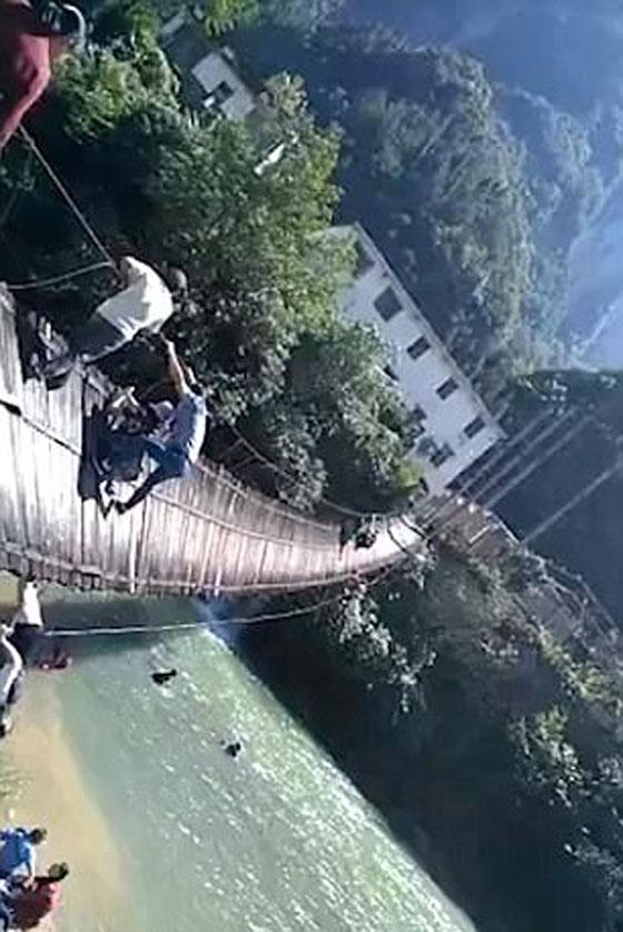 شاهدوا لحظة انهيار جسر معلق أثناء عبور 16 شخصا صورة رقم 2