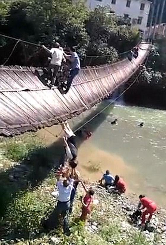 شاهدوا لحظة انهيار جسر معلق أثناء عبور 16 شخصا صورة رقم 3