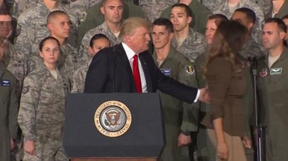 صورة رقم 6 - الرئيس الأمريكي دونالد ترامب  يهين زوجته ميلانيا على العلن.. فيديو