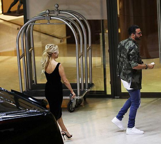 صورة رقم 5 - علاقة باميلا اندرسون وحبيبها المغربي عادل رامي تتصدر الصحف العالمية!