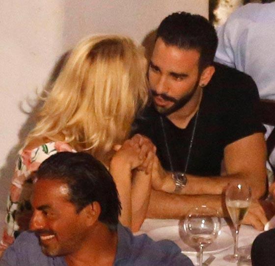 صورة رقم 2 - علاقة باميلا اندرسون وحبيبها المغربي عادل رامي تتصدر الصحف العالمية!