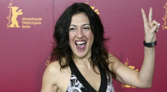 صورة رقم 3 - ممثلة تركية ترفض مصافحة مخرج عند تسلمه جائزته لأنه متدين! فيديو