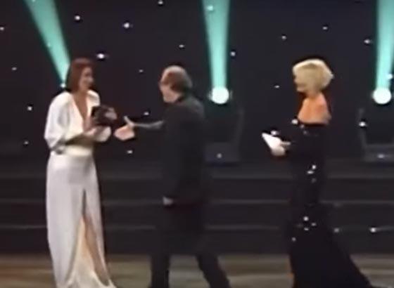صورة رقم 1 - ممثلة تركية ترفض مصافحة مخرج عند تسلمه جائزته لأنه متدين! فيديو