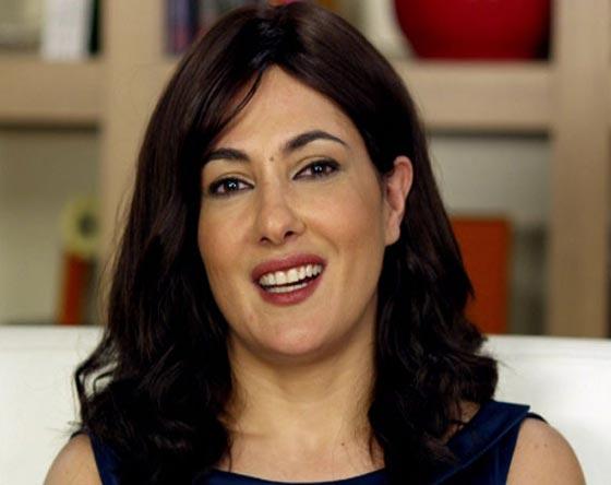 صورة رقم 4 - ممثلة تركية ترفض مصافحة مخرج عند تسلمه جائزته لأنه متدين! فيديو