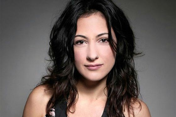 صورة رقم 6 - ممثلة تركية ترفض مصافحة مخرج عند تسلمه جائزته لأنه متدين! فيديو