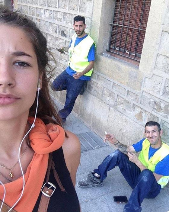 صورة رقم 2 - فتاة تأخذ صور سيلفي مع كل رجل يتعرض لها أو يتحرش بها في الشارع