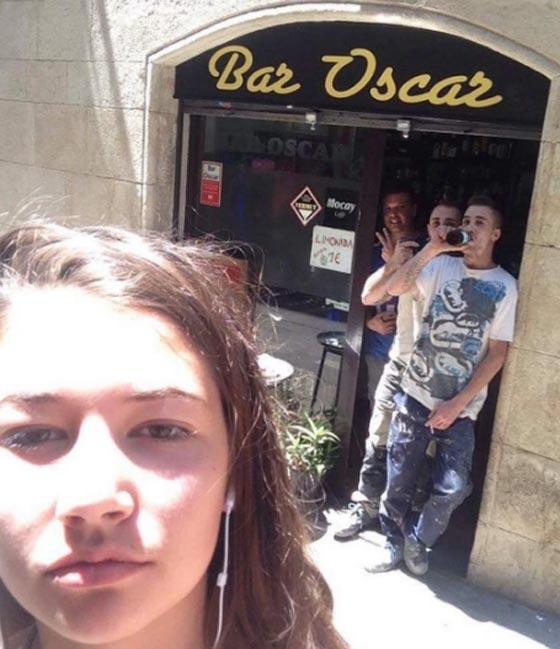 صورة رقم 3 - فتاة تأخذ صور سيلفي مع كل رجل يتعرض لها أو يتحرش بها في الشارع