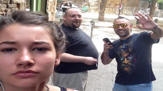 صورة رقم 4 - فتاة تأخذ صور سيلفي مع كل رجل يتعرض لها أو يتحرش بها في الشارع