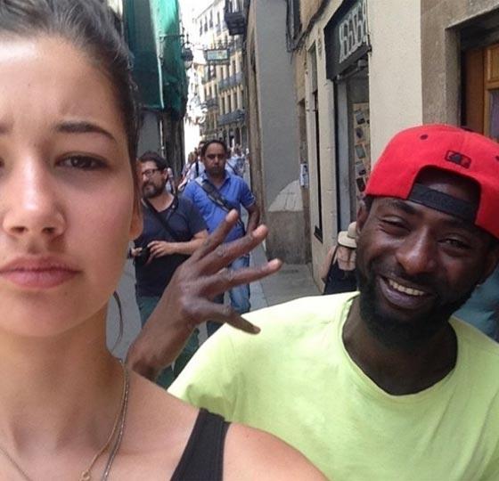 صورة رقم 6 - فتاة تأخذ صور سيلفي مع كل رجل يتعرض لها أو يتحرش بها في الشارع