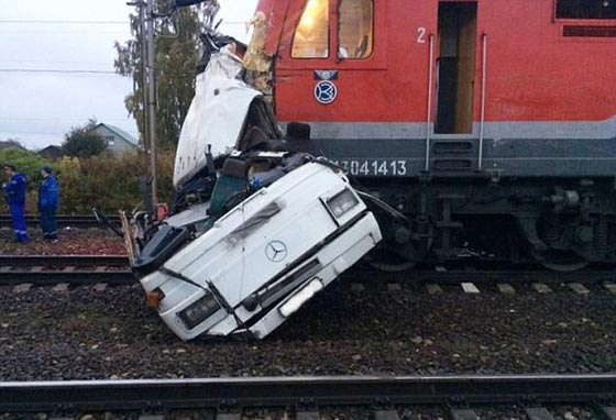 صورة رقم 1 - حادث تصادم مروع.. قطار يمزق حافلة تعطلت أمامه ويقتل 21 شخصا!
