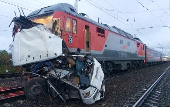 صورة رقم 2 - حادث تصادم مروع.. قطار يمزق حافلة تعطلت أمامه ويقتل 21 شخصا!