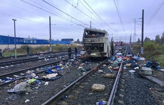 صورة رقم 7 - حادث تصادم مروع.. قطار يمزق حافلة تعطلت أمامه ويقتل 21 شخصا!