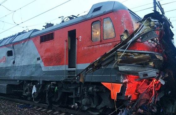 صورة رقم 3 - حادث تصادم مروع.. قطار يمزق حافلة تعطلت أمامه ويقتل 21 شخصا!