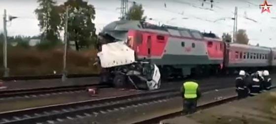صورة رقم 5 - حادث تصادم مروع.. قطار يمزق حافلة تعطلت أمامه ويقتل 21 شخصا!