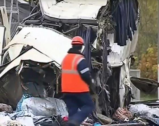 صورة رقم 4 - حادث تصادم مروع.. قطار يمزق حافلة تعطلت أمامه ويقتل 21 شخصا!