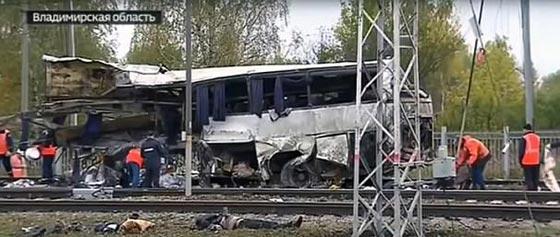 صورة رقم 6 - حادث تصادم مروع.. قطار يمزق حافلة تعطلت أمامه ويقتل 21 شخصا!