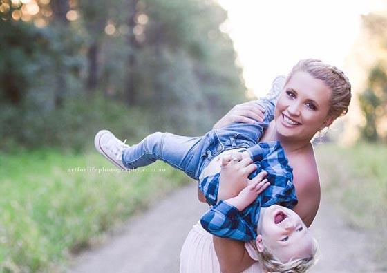 مؤلم جدا.. سيدة تحتضن مولودها الجديد وتلتقط صورة تذكارية معه رغم ولادته ميتا! صورة رقم 9