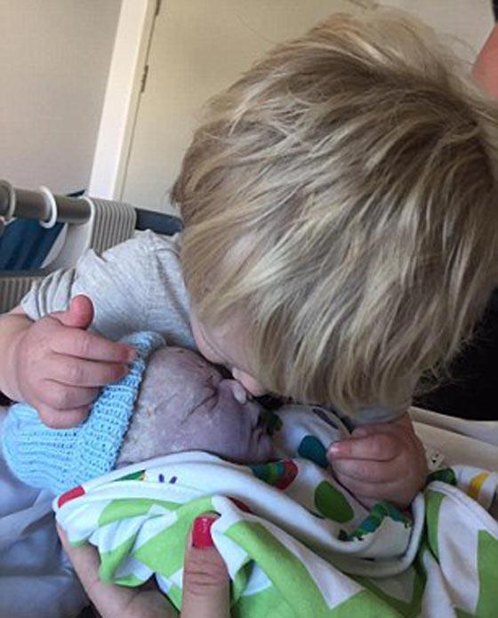 مؤلم جدا.. سيدة تحتضن مولودها الجديد وتلتقط صورة تذكارية معه رغم ولادته ميتا! صورة رقم 5