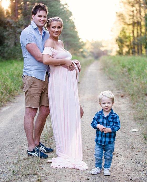 مؤلم جدا.. سيدة تحتضن مولودها الجديد وتلتقط صورة تذكارية معه رغم ولادته ميتا! صورة رقم 7