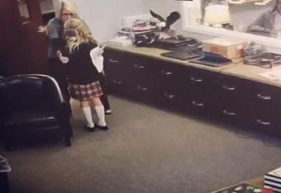 فيديو مؤثر.. لحظات مفعمة بالعاطفة لفرحة طفلة عند سماعها خبر تبني أسرة لها صورة رقم 4