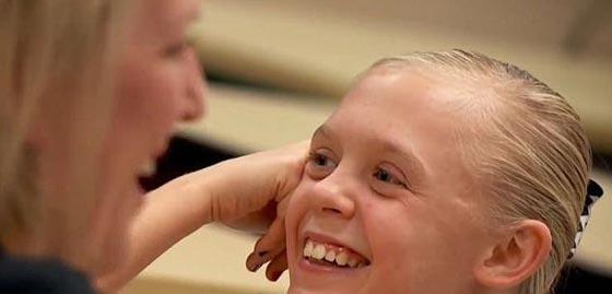 فيديو مؤثر.. لحظات مفعمة بالعاطفة لفرحة طفلة عند سماعها خبر تبني أسرة لها صورة رقم 7