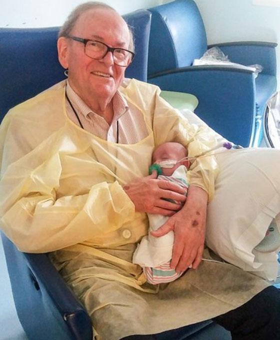 الجد الحنون.. عجوز يحتضن أطفال رضّع في المستشفى منذ 12 عاماً صورة رقم 1