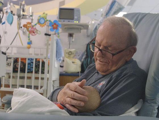 الجد الحنون.. عجوز يحتضن أطفال رضّع في المستشفى منذ 12 عاماً صورة رقم 3