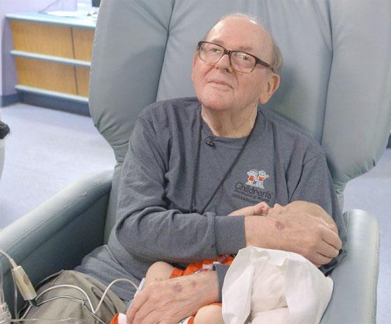 الجد الحنون.. عجوز يحتضن أطفال رضّع في المستشفى منذ 12 عاماً صورة رقم 2