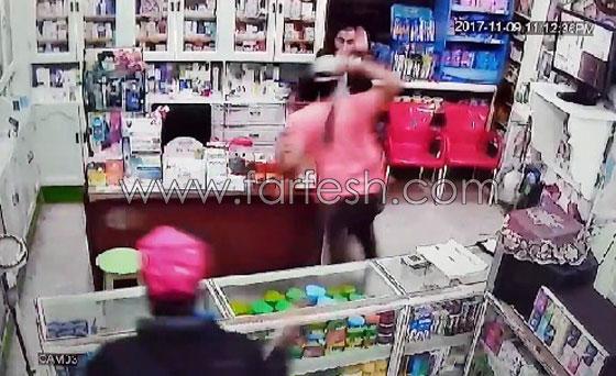 صورة رقم 2 - فيديو مرعب.. إعتداء وحشي بالسيوف على صيدلية في مصر