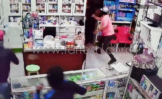 صورة رقم 3 - فيديو مرعب.. إعتداء وحشي بالسيوف على صيدلية في مصر