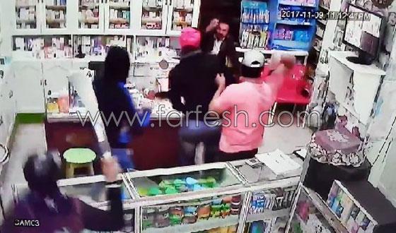 صورة رقم 4 - فيديو مرعب.. إعتداء وحشي بالسيوف على صيدلية في مصر