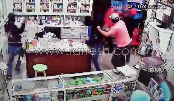 صورة رقم 5 - فيديو مرعب.. إعتداء وحشي بالسيوف على صيدلية في مصر