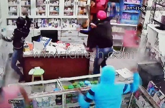 صورة رقم 7 - فيديو مرعب.. إعتداء وحشي بالسيوف على صيدلية في مصر