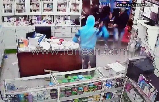 صورة رقم 8 - فيديو مرعب.. إعتداء وحشي بالسيوف على صيدلية في مصر
