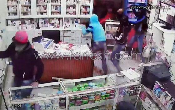 صورة رقم 9 - فيديو مرعب.. إعتداء وحشي بالسيوف على صيدلية في مصر