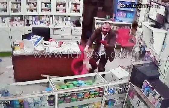 صورة رقم 10 - فيديو مرعب.. إعتداء وحشي بالسيوف على صيدلية في مصر