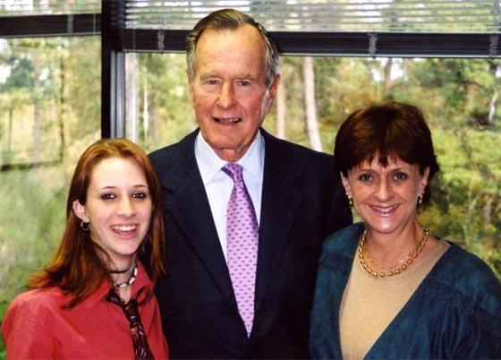 صورة رقم 1 - الاتهامات تلاحقه من جديد.. أمريكية تتهم بوش الأب بالتحرش بها قبل 14 عاما!