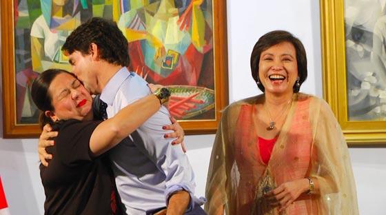صورة رقم 3 - سيدات أعمال فلبينيات أظهرن إعجابهن بترودو وتهافتن على تقبيله! فيديو