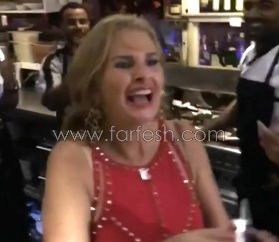 صورة رقم 4 - فيديو يسرا ترقص على أغنيتها (3 دقات) مع عمال مطعم