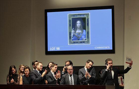 صورة رقم 4 - فيديو وصور.. لوحة المسيح لدافينشي تحطم سعراً قياساً كأغلى لوحة يتم بيعها بمزاد