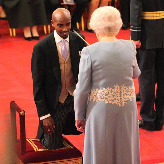 صورة رقم 1 - ملكة بريطانيا تكرم العداء الصومالي محمد فرح وتمنحه لقب