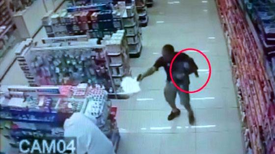 صورة رقم 1 - فيديو صادم: شاهدوا شرطي يتأبط ابنه بيد وباليد الثانية يقتل لصين بالرصاص