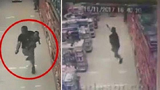 صورة رقم 2 - فيديو صادم: شاهدوا شرطي يتأبط ابنه بيد وباليد الثانية يقتل لصين بالرصاص