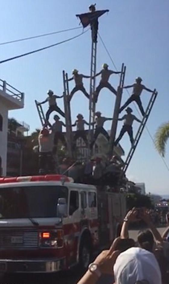 صورة رقم 1 - بالفيديو والصور.. انهيار هرم بشري لرجال الإطفاء بشكل كارثي
