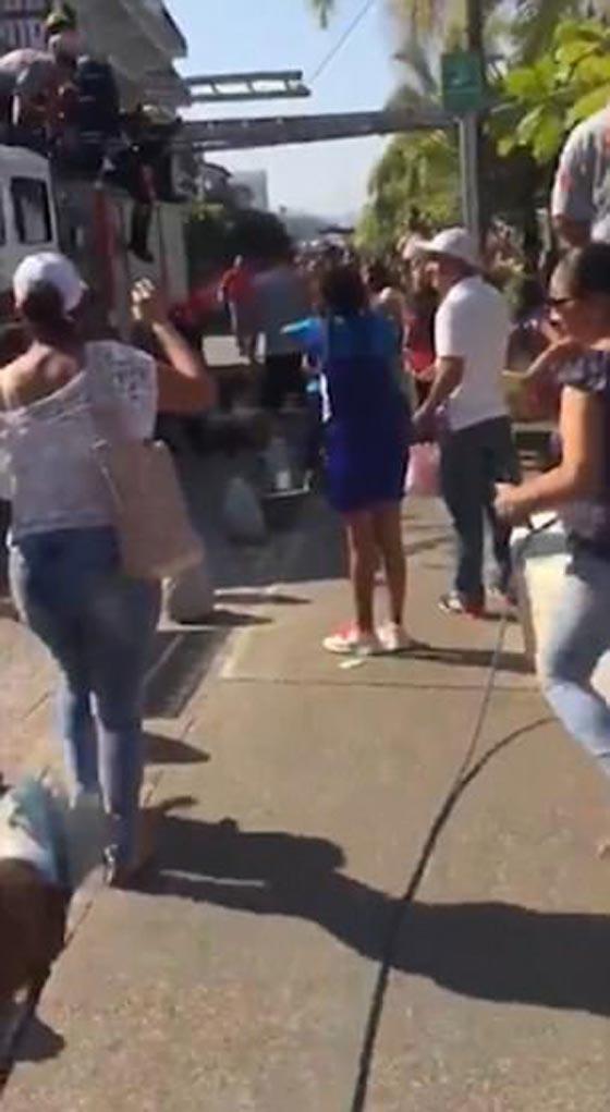 صورة رقم 2 - بالفيديو والصور.. انهيار هرم بشري لرجال الإطفاء بشكل كارثي