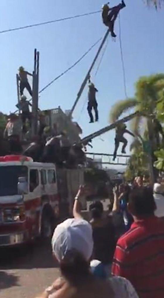 صورة رقم 3 - بالفيديو والصور.. انهيار هرم بشري لرجال الإطفاء بشكل كارثي