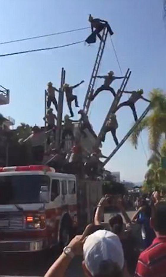صورة رقم 4 - بالفيديو والصور.. انهيار هرم بشري لرجال الإطفاء بشكل كارثي