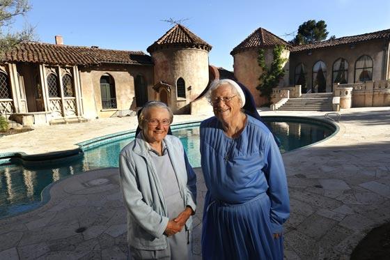 10 ملايين دولار تعويض لكاتي بيري وكنيسة كاثوليكية في قضية شراء دير راهبات صورة رقم 2