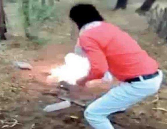 صورة رقم 2 - فيديو مروع: هندي يقتل مسلماً ويحرقه بتهمة تلويث شرف الهندوس!