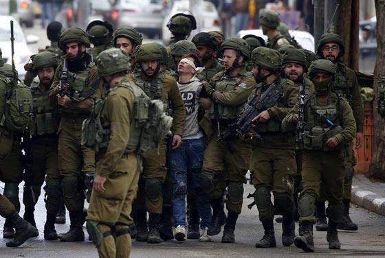 صورة رقم 1 - صورة طفل فلسطيني محاط بـ 20 جنديا إسرائيليا تثير الجدل
